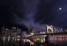 Берег реки Питтсбурга на залитой лунным светом ноче Стоковое Изображение RF
