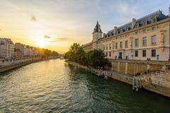 Берег реки Рекы Сена в Париже стоковые фотографии rf