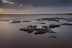 Берег реки с городом как предпосылка Стоковые Изображения RF