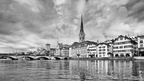 Берег реки с характерной архитектурой в старом центре города, Цюрих, Швейцарией стоковое фото rf