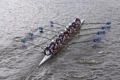 Берег реки участвует в гонке в голове молодости Eights женщин регаты Чарльза Стоковая Фотография