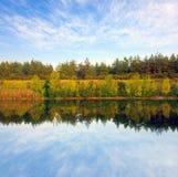 берег реки s дня осени, котор нужно осмотреть стоковое изображение