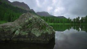 Берег чистого озера с камнем перед им акции видеоматериалы
