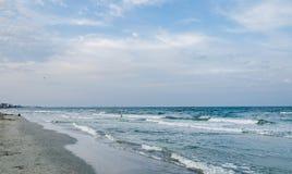 Берег Чёрного моря, сторона моря с песком, вода и небо Стоковое Изображение RF