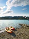 берег kayaks Стоковые Фотографии RF