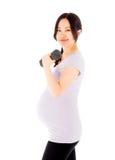 Беременная азиатская женщина изолированная на белый работать стоковые изображения rf