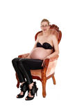 Беременная белая женщина в кресле стоковая фотография