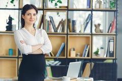 Беременная бизнес-леди работая на материнстве офиса стоя смотрящ камеру уверенно стоковое фото rf