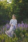 Беременная девушка идет до зацветая lupine поле 1679 стоковые изображения rf