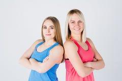 Беременная девушка и ее друг приниманнсяый за фитнес Стоковое Изображение