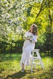 Беременная девушка на предпосылке будить природы 8 стоковые фото