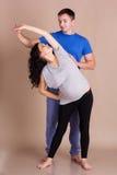 Беременная девушка и человек делая тренировки спорт Стоковое Изображение