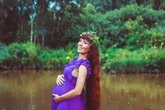 Беременная девушка около воды Стоковая Фотография RF