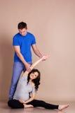 Беременная девушка при ее парень делая спорт Стоковые Изображения RF