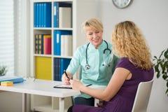 Беременная женщина во время медицинского назначения стоковые фотографии rf