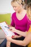 Беременная женщина выбирая имя стоковые фото