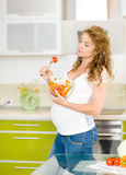Беременная женщина в кухне Стоковое Изображение RF