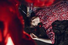 Беременная женщина в милом платье лежа на кровати стоковая фотография rf