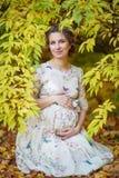 Беременная женщина в осени стоковая фотография rf