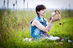 Беременная женщина в поле Стоковое Изображение