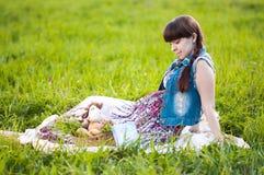 Беременная женщина в поле Стоковые Изображения RF