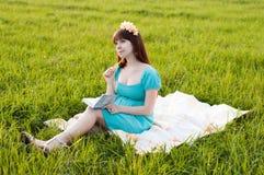 Беременная женщина в поле Стоковое фото RF