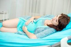 Беременная женщина в родах Стоковая Фотография