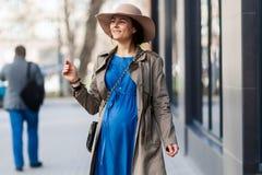 Беременная женщина в современном городе Стоковые Изображения