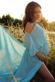 Беременная женщина в элегантном платье представляя на поле лета Стоковые Изображения RF