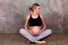 Беременная женщина в sportswear Стоковая Фотография RF