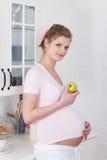 беременная женщина еды здоровая Стоковая Фотография RF
