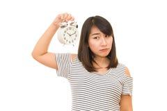 Беременная женщина держа настенные часы Стоковые Изображения RF