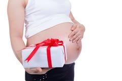 Беременная женщина держа подарочную коробку Стоковые Фото