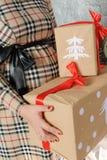 Беременная женщина держа присутствующие коробки подарка Стоковое Фото