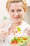 Беременная женщина есть вкусный vegetable салат Стоковая Фотография