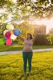 Беременная женщина играя с баллонами Стоковая Фотография