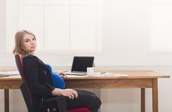 Беременная женщина имея космос экземпляра пролома Стоковая Фотография RF