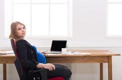 Беременная женщина имея космос экземпляра пролома Стоковое Фото