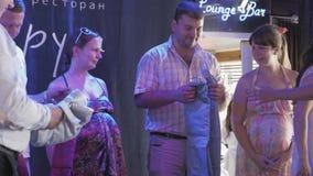 Беременная женщина и человек на этапе в ресторане Возможность состязания хозяин видеоматериал