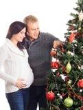 Беременная женщина и человек празднуя рождество Стоковая Фотография