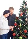 Беременная женщина и человек празднуя рождество Стоковое Фото