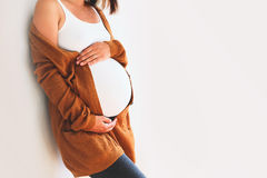 Беременная женщина конца-вверх касаясь ее животу Превидение матери Стоковое Изображение