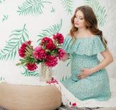 беременная женщина красотки живот супоросый Красивая беременная женщина надеясь младенца Стоковое Изображение RF
