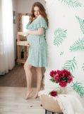 беременная женщина красотки живот супоросый Красивая беременная женщина надеясь младенца Стоковые Изображения