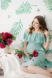 беременная женщина красотки живот супоросый Красивая беременная женщина надеясь младенца Стоковое фото RF
