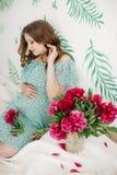 беременная женщина красотки живот супоросый Красивая беременная женщина надеясь младенца Стоковые Фотографии RF