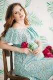 беременная женщина красотки живот супоросый Красивая беременная женщина надеясь младенца Стоковые Фото