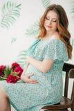 беременная женщина красотки живот супоросый Красивая беременная женщина надеясь младенца Стоковые Изображения RF