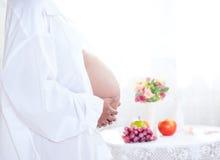 Беременная женщина красоты стоковые изображения