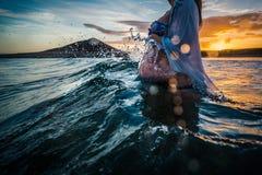 Беременная женщина купая в море стоковые фотографии rf